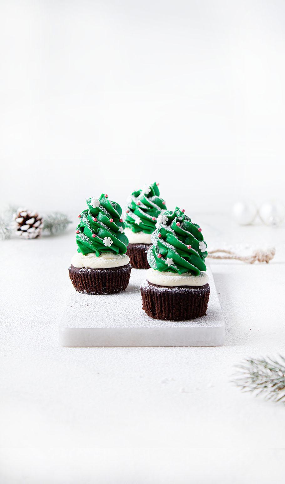 schokoladen weihnachtsbaum cupcakes mit preiselbeerf llung. Black Bedroom Furniture Sets. Home Design Ideas