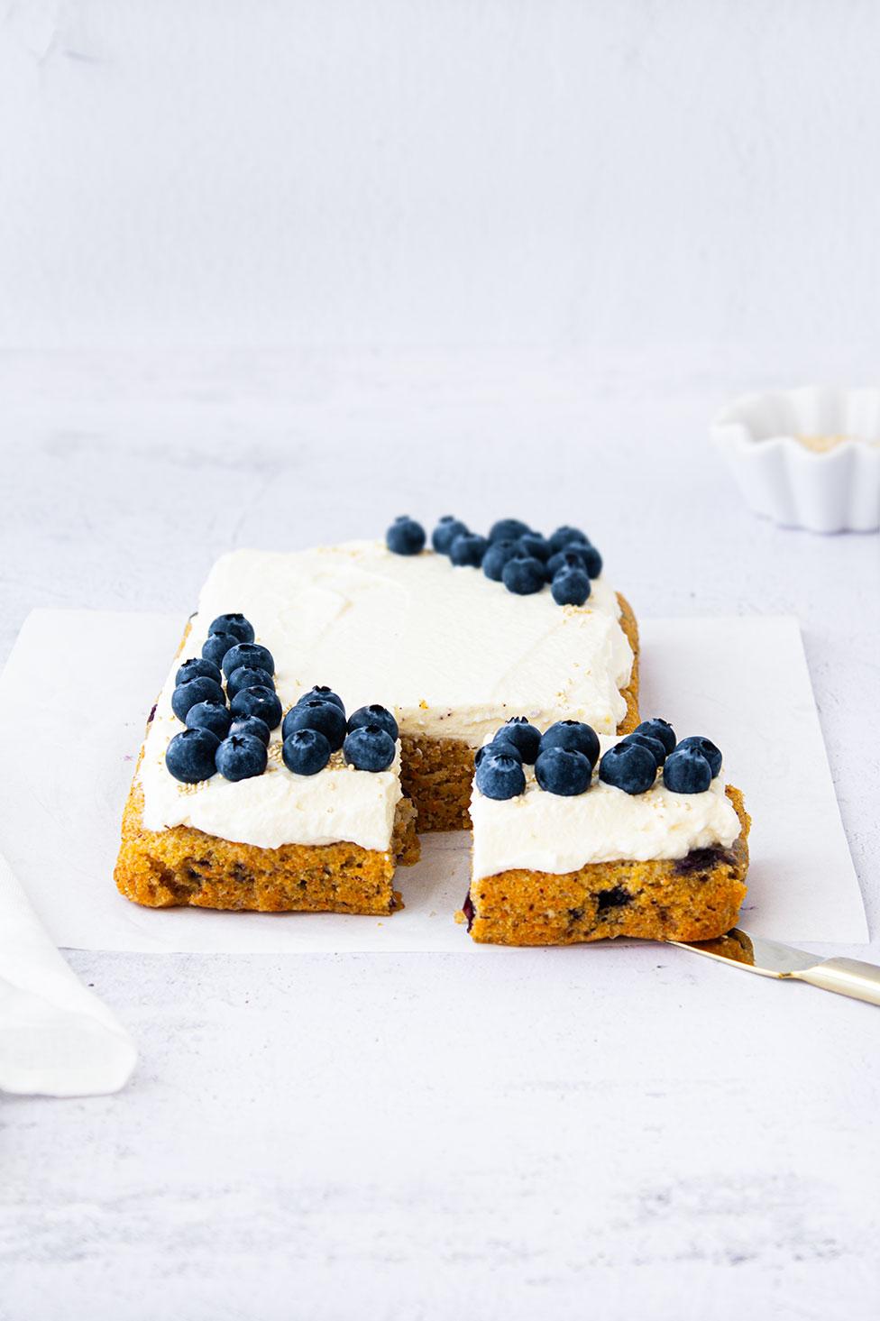 Easy Carrot Cake mit Blaubeeren