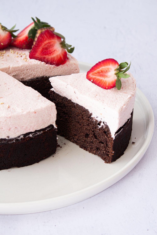 Schokoladen Eierlikörkuchen mit Erdbeeren