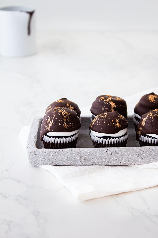 schokoladen cupcakes mit eierlikörfüllung
