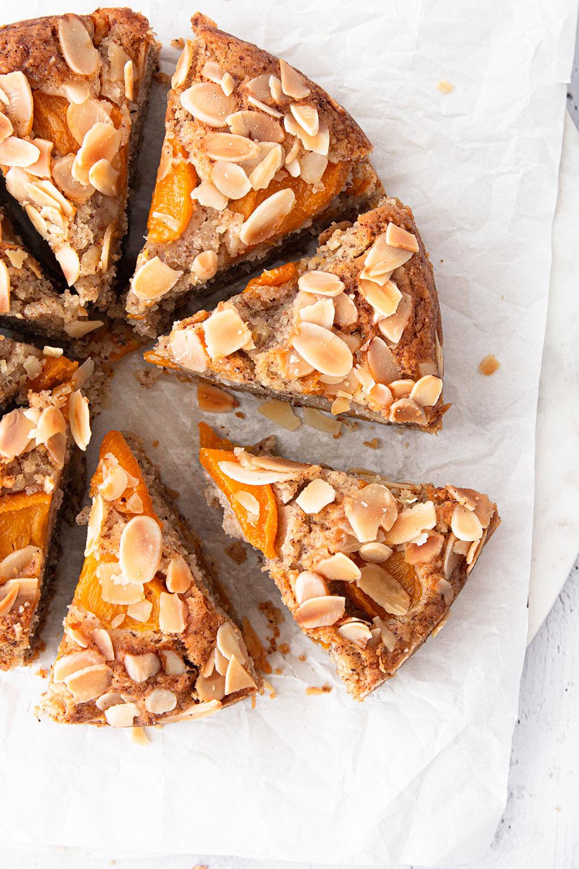 Veganer Mandelkuchen mit Pfirsichen