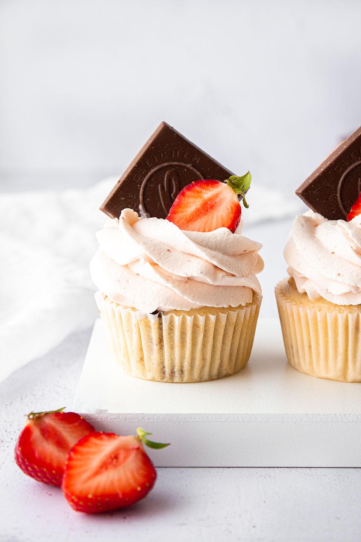 Erdbeer Cupcakes mit Knusperwaffeln