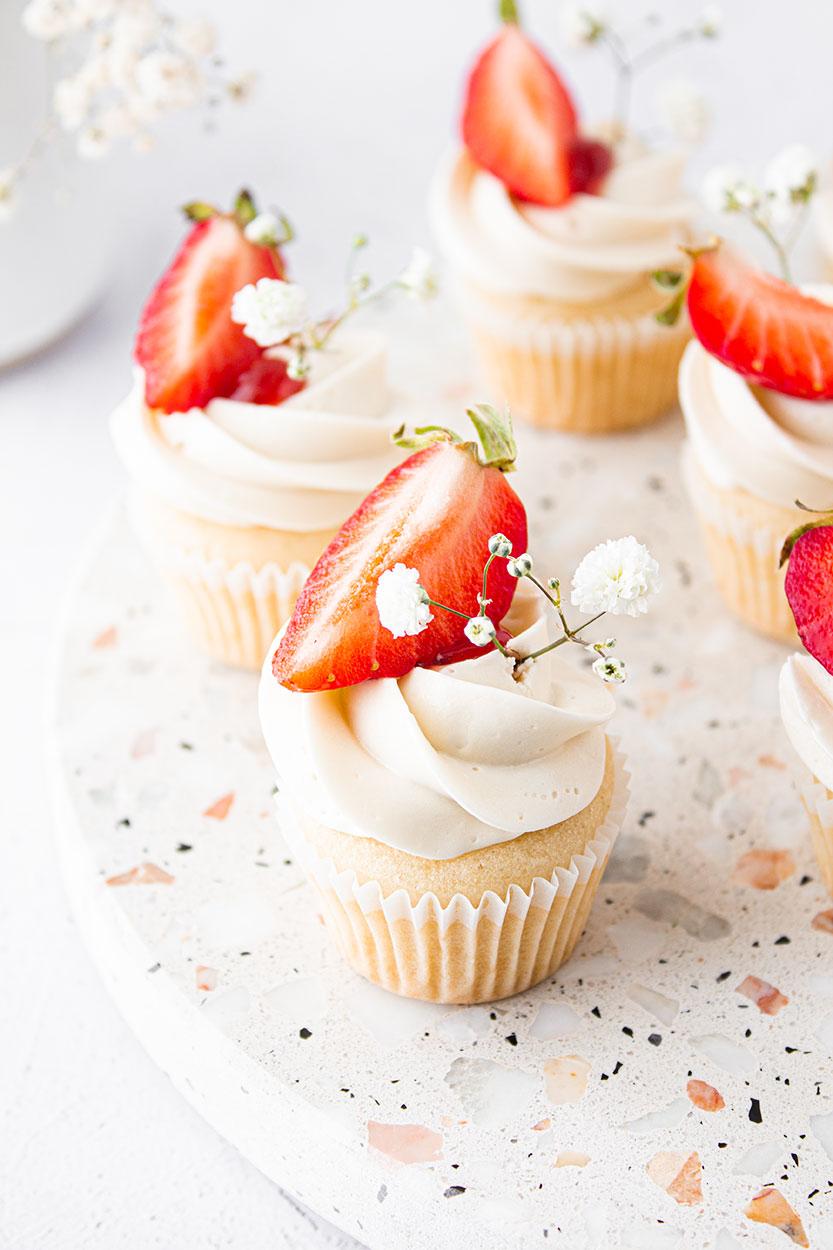 Weiße Schokoladen Cupcakes mit Erdbeeren